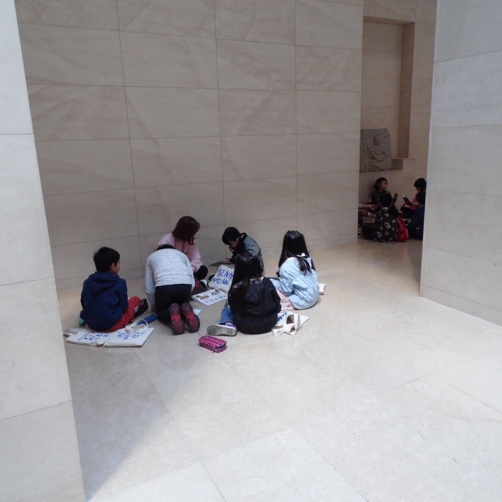 Müzede çalışan öğrenciler