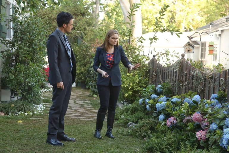 Bones S10E09. Aubrey y Bones investigan el jardín del fallecido.