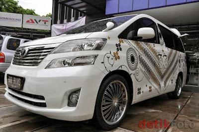 Mobil alphard bermotif batik