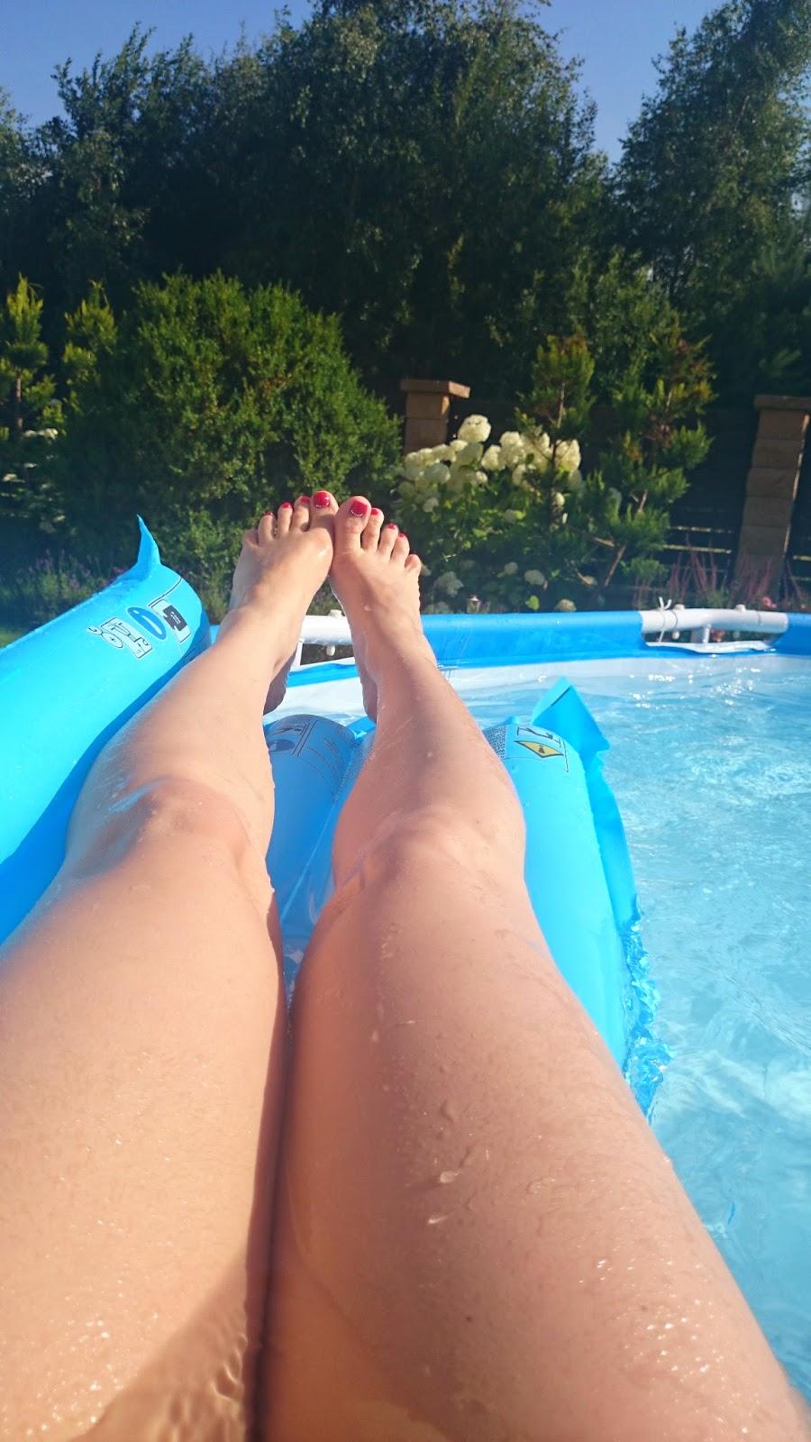 basen w ogrodzie,materac do basenu,leżenie na materacu,stópki,niebieski materac plażowy