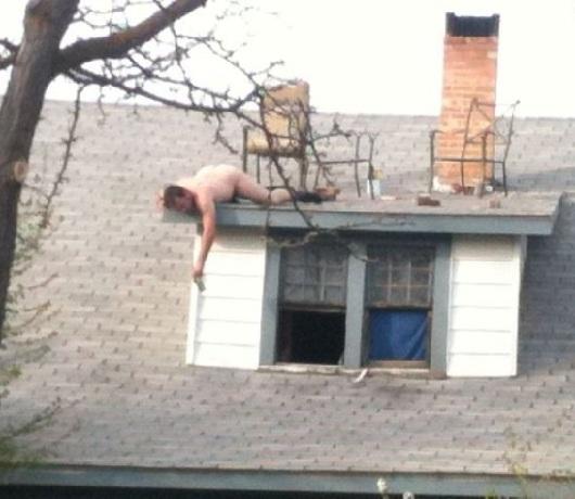 imagenes raras inexplicables trabajando desnudo en tejado