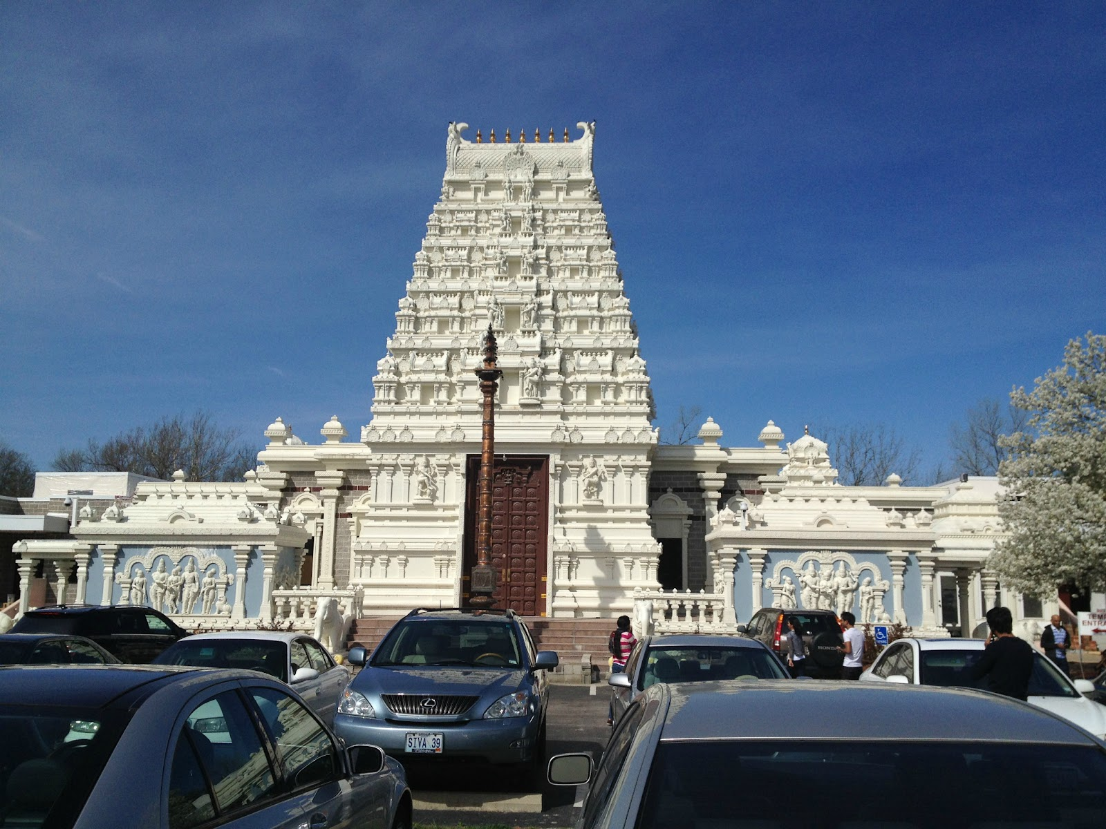 the hindu temple of st louis The hindu temple is located in the west suburbs of the st louis and only fifteen minutes away from the st louis arch, a most famous land mark of the st louis.