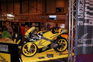 El equipo completo de Halcourier se presentó en la feria en un stand espectacular y amarillo