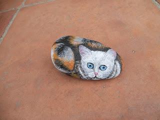 Piedra pintada con gato tricolor