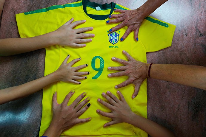 يضعون أيديهم المكونة من ستة أصابع على التي شرت