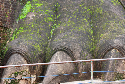 Sigiriya Lion Gate, paws not catlike, more like reptiles paws, dinosaur paw, enormous claws, three fingers