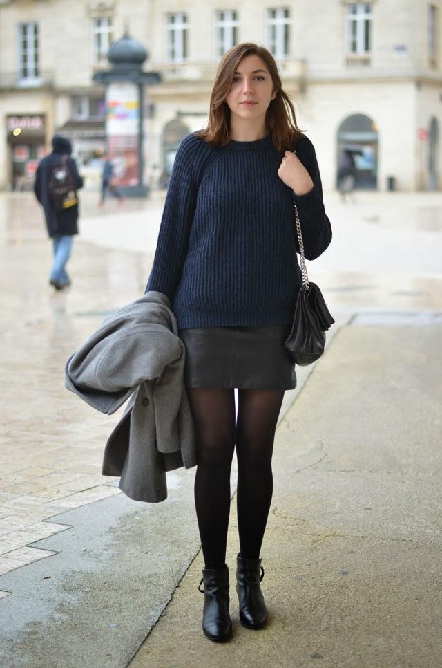 tenue look jupe cuir en noir pull bleu marine maille zara