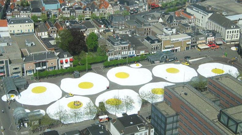Los gigantes huevos estrellados por Henk Hofstra