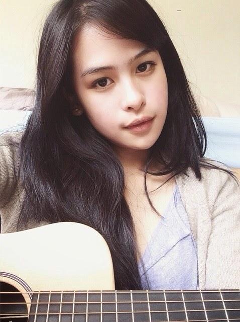 foto main gitar maudy ayunda
