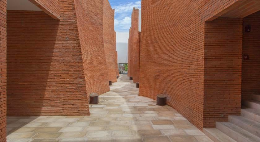 ritme-perpaduan-bata-merah-dinding-fasad-putih-sala-ayutthaya-hotel-sungai-chao-phraya-010