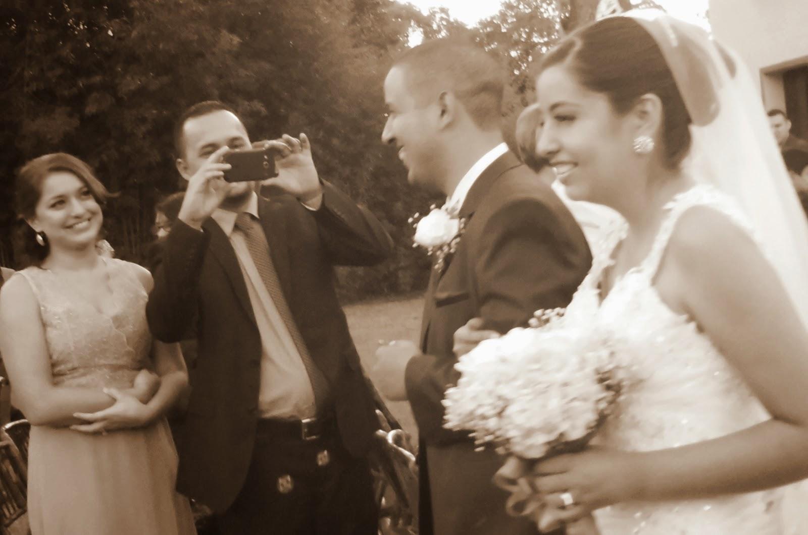 Boda al aire libre, los recién casados, novios felices