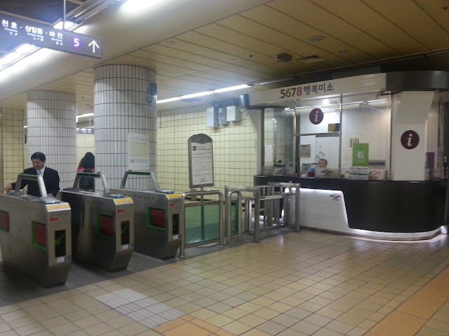 There is an information booth for all problems and assistance - Seoul  subway