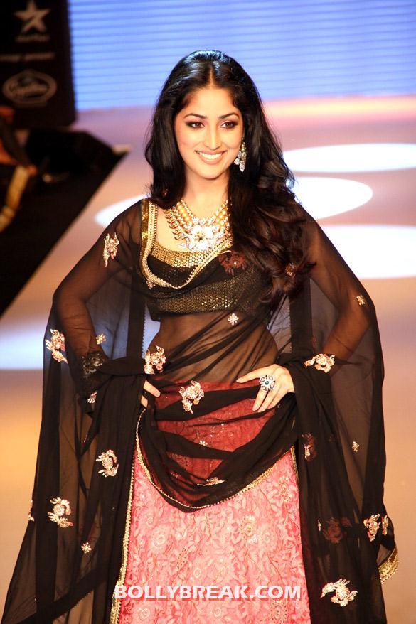 , Yami Gautam Iijw 2012 Ramp Walk Photos -  Navel Show in Saree
