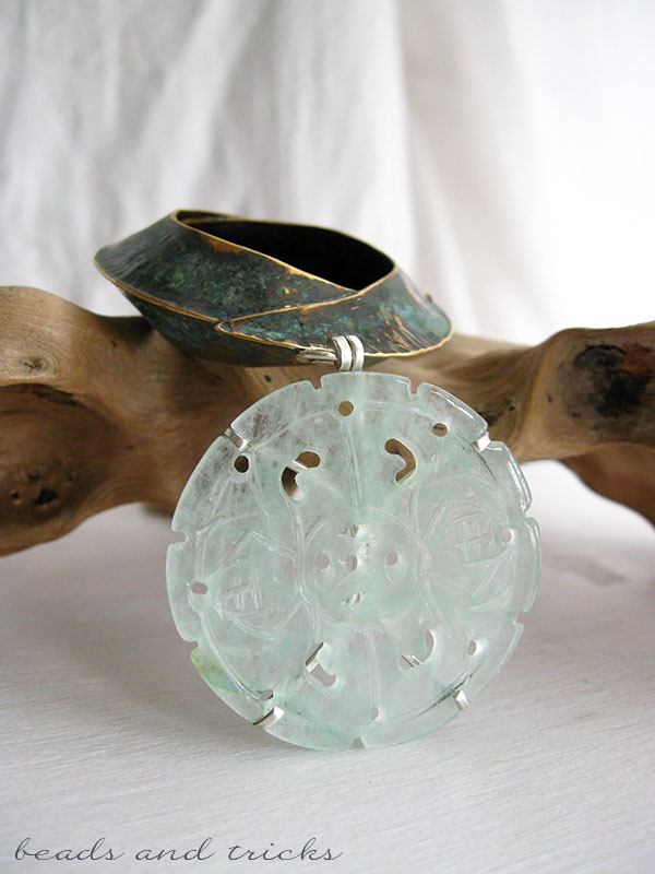Piastra in giadeite incastonata con griffe in argento