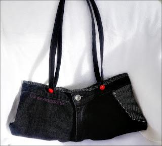 Bolsa feita com calça jeans reciclada