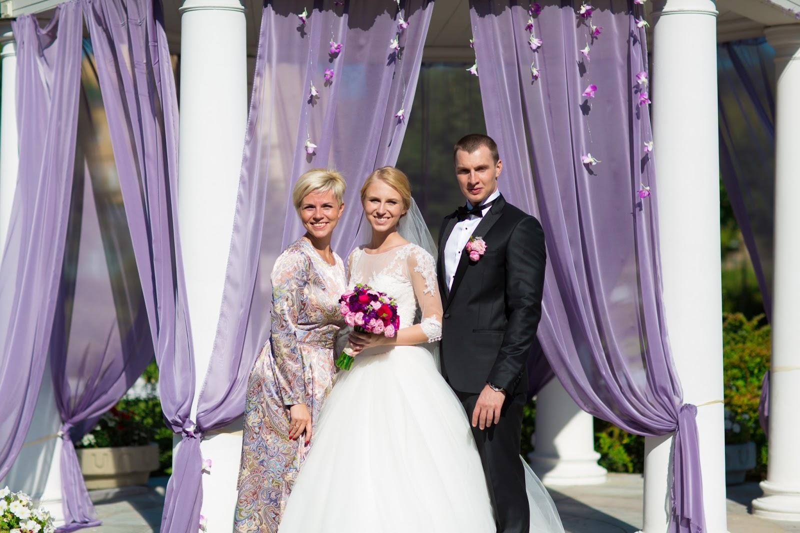жених с невестой в сопровождении организатора