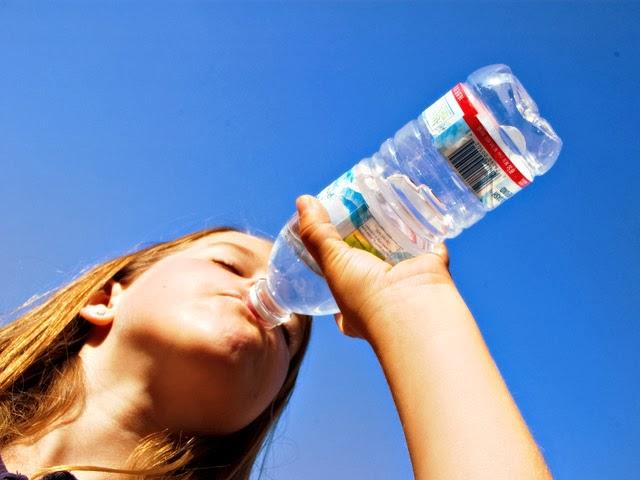 Beber líquidos é uma das medidas para prevenir a formação de pedras nos rins. Foto: Crissy Pauley