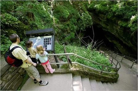 Pintu masuk menuju Mammoth Cave