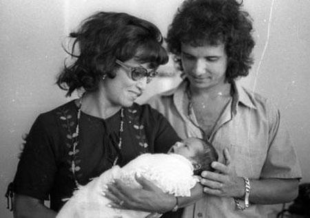 En 1971 Lady Laura carga a su nieto acompañada de Roberto Carlos