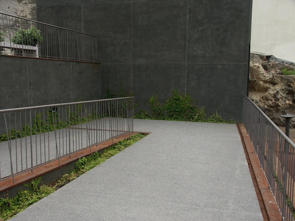 Area: 8 000 m2