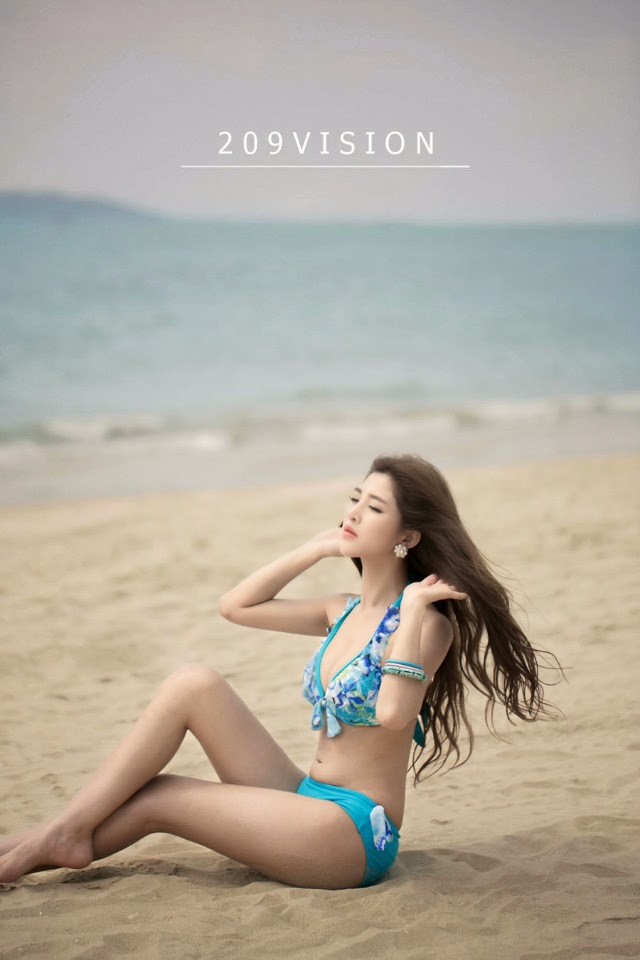 The beach side of the swimsuit photo, perfect body glance
