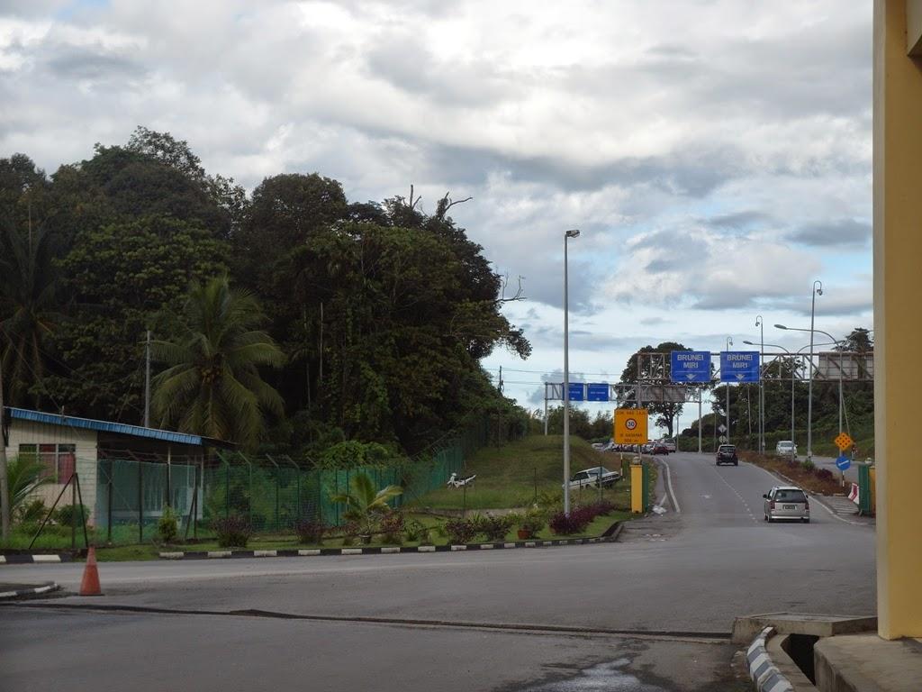 Pintu keluar imigresen malaysia menuju brunei di tedungan limbang