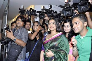 Vidya Balan at Viveek Sharma's art exhibition gallery