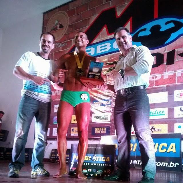 Breno Neves recebe o troféu de Campeão do Mr. Cabo Frio 2014 na categoria Body Shape até 1,78 m das mãos de Gustavo Costa, presidente da IFBB Rio. Foto: IFBB Rio