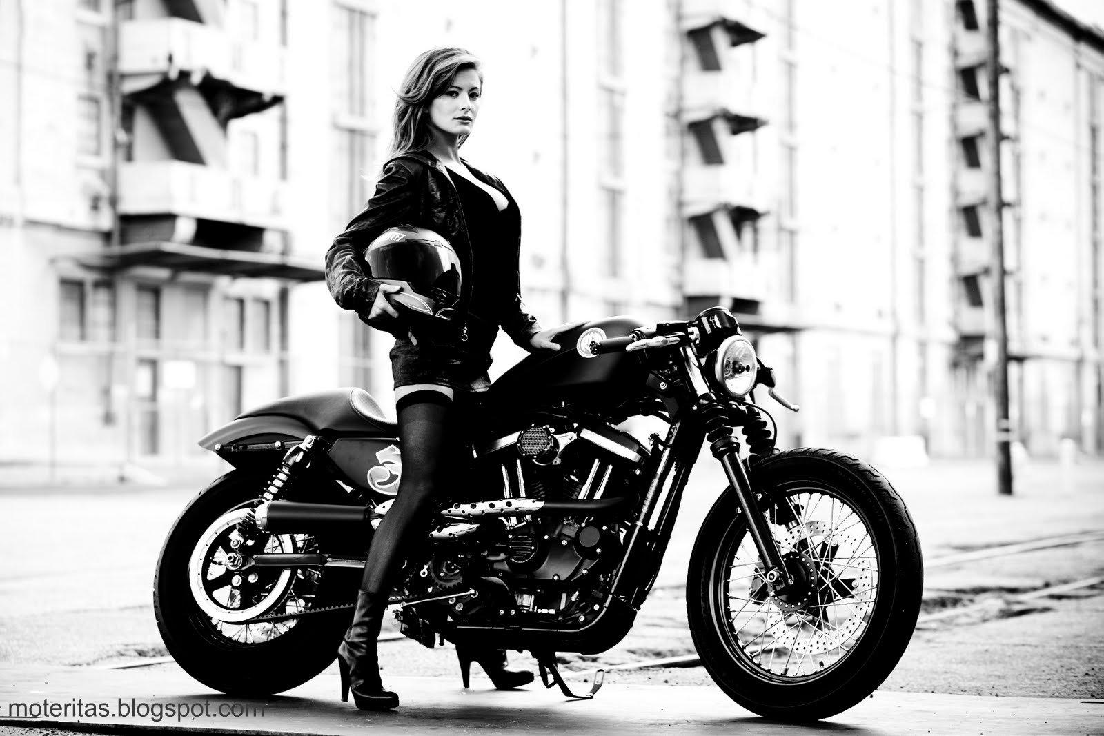 Шикарная девушка на мотоцикле 2 фотография
