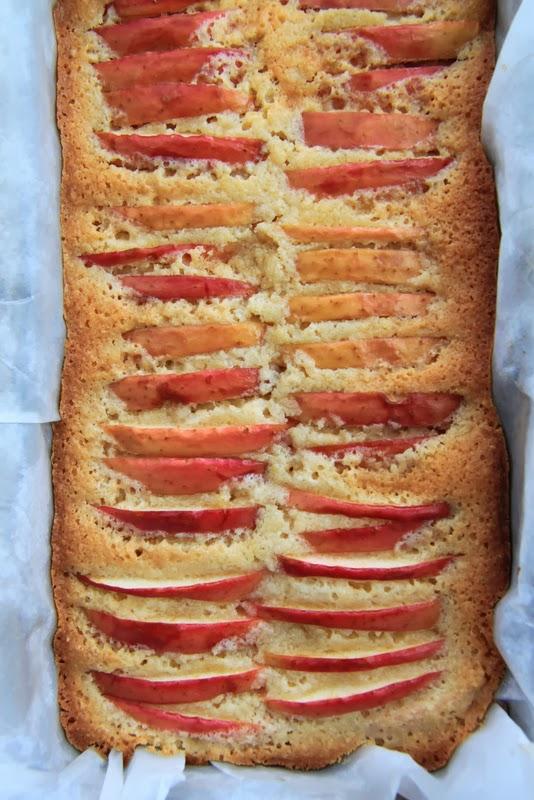 Ciasto z czerwonymi jabłkami
