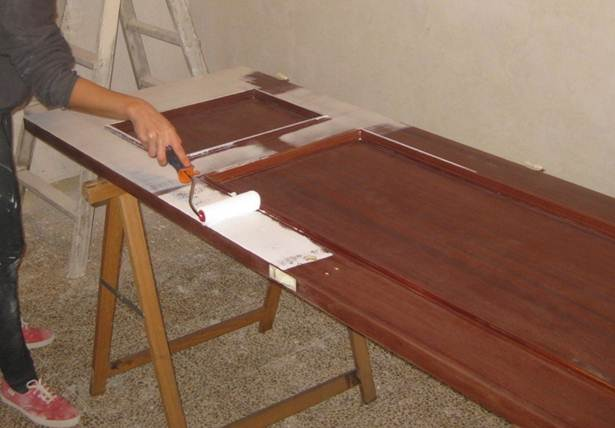 Kp decor studio c mo lacar las puertas de tu casa how - Como pintar una puerta de madera con brocha ...