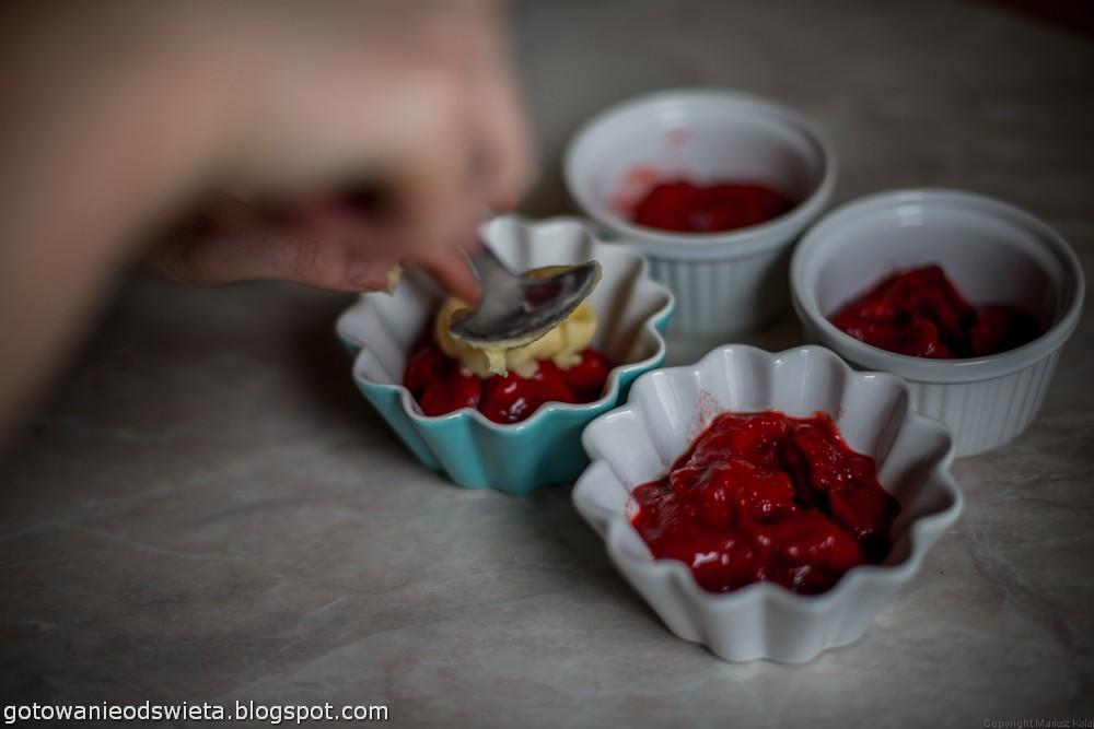 Truskawki zapiekane pod ciastem nakładanie ciasta