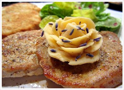 Butterrose mit gegrilltem Knoblauch und Lavendel