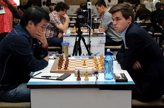 Le début de la partie entre Magnus Carlsen (à droite) et Li Chao - Photo © ChessBase