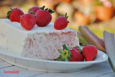Rhabarbereis sieht noch besser aus, wenn man es mit Erdbeeren dekoriert