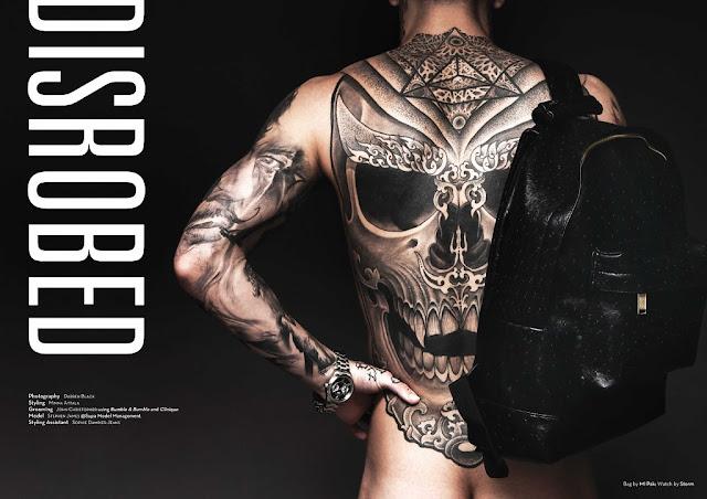 Modelo com o corpo repleto de tatuagens é fotografado pelas lentes do talentoso Darren Black