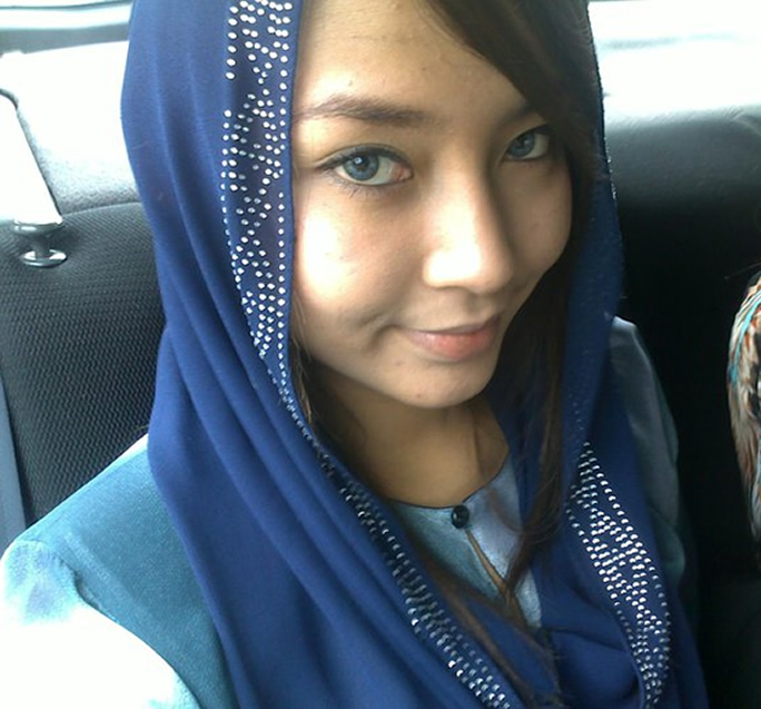 Awek Cun Bertudung Biru Berjambul di Depan melayu bogel.com