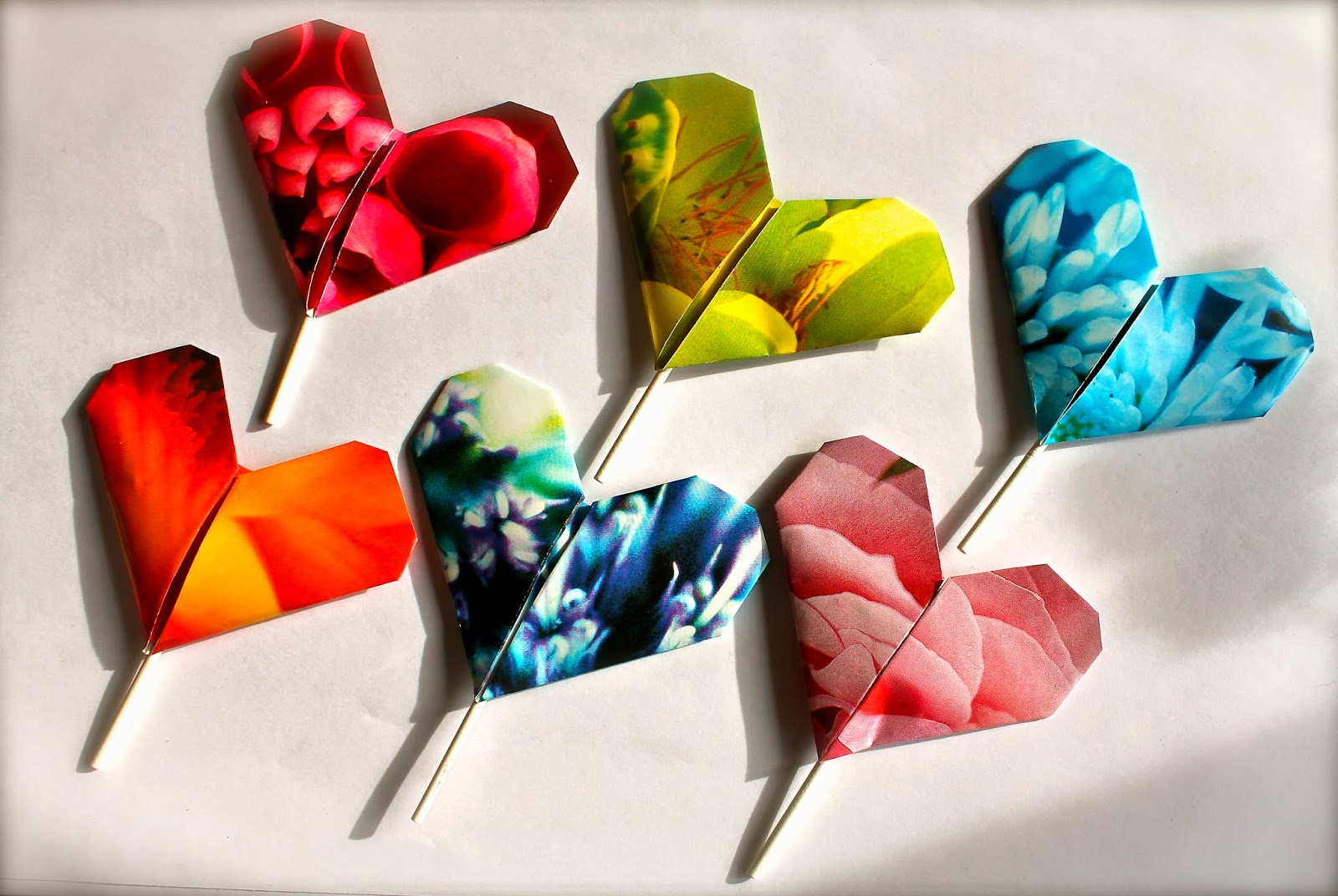 Seis corazones de origami en papel de colores