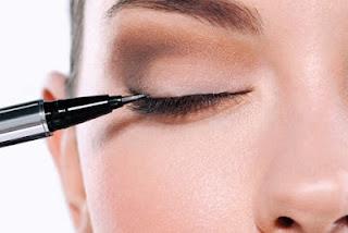 Memakai Pensil Eyeliner