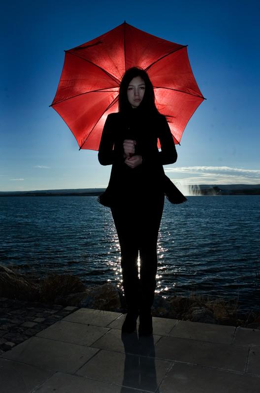 لوحات فنية بعدسة الفنان سكارابوس red-umbrella-celebri