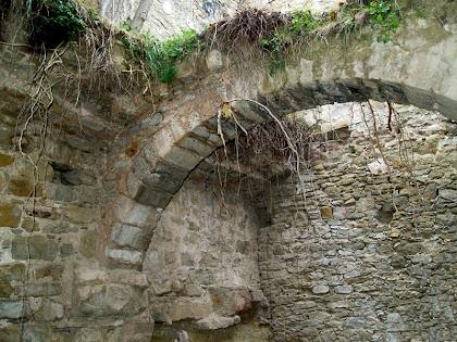 Detall de l'arc que sustentaven la volta de mig punt de l'espai de l'esquerra de l'interior de la casa