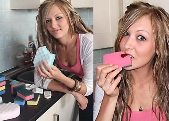Mujer tiene extraña adicción, le gusta comer esponjas y jabón