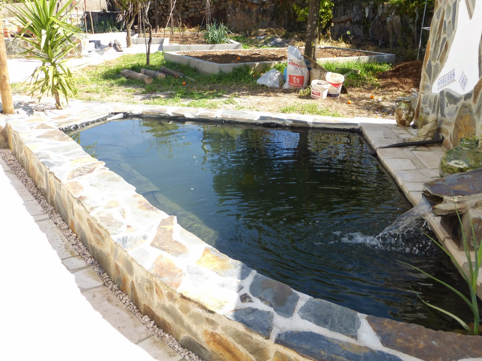 Caz and rob 39 s renovation in portugal garden fish pond for Small pond liner
