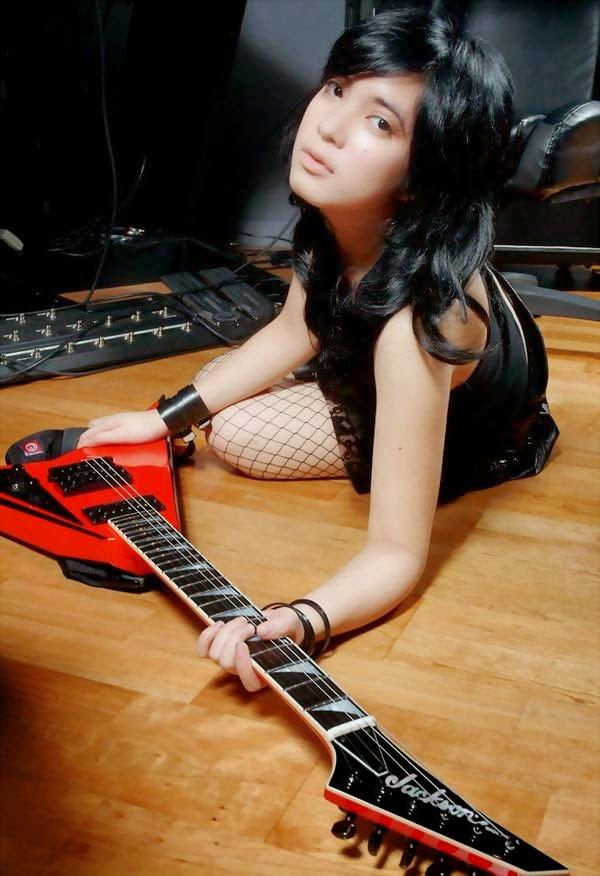 Prisa Adinda Gitaris Cantik