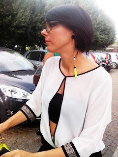 Foto Laura laterale con orecchino asimmetrico giallo fluo