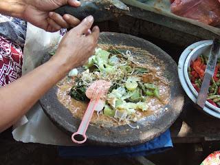 makanan khas indonesia yang go international gado-gado