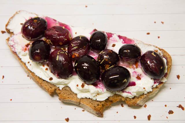 Brot mit Ziegenkäse und gebackenen Trauben