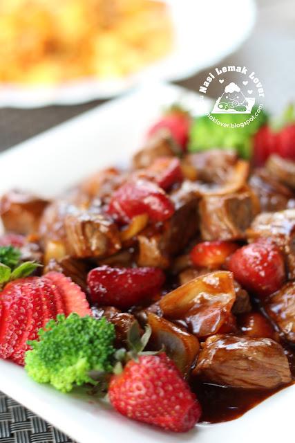 Nasi Lemak Lover: Stir Fried Black Pepper Beef with Strawberry
