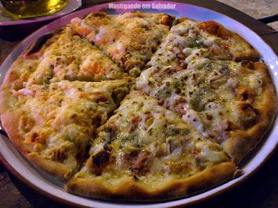 Rocca Pizzaria e Forneria: A Pizza meia Paty Veras meia Frango com Catupiry