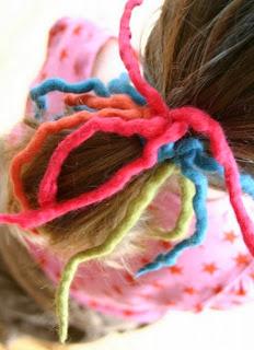 http://conideade.com/blog/como-hacer-un-coletero-con-mechas-de-colores-en-fieltro/827